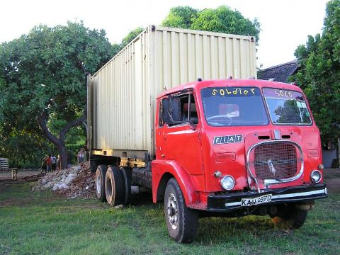 Containerausladung in Kenia .....